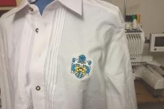 Wappen auf Traditionshemd gestickt, hier: Optiker Preis: 15,99 €